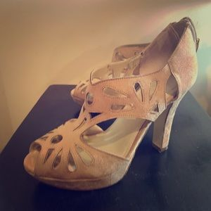 XAPPEAL super cute beige heel with sweet design!